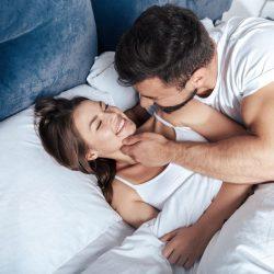Ter uma vida sexual saudável traz benefícios que vão muito além do prazer momentâneo. O sexo promove a liberação de hormônios que combatem o estresse e aliviam as dores, além de melhorar a imunidade e deixar a pele mais bonita.